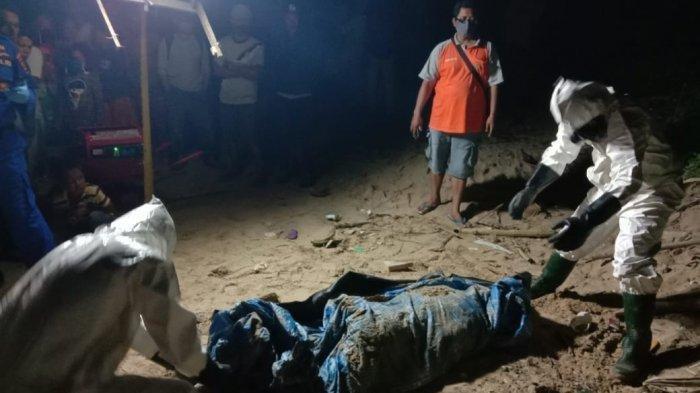 Proses pemakaman mayat anonim yang ditemukan di pantai Dusun Limus, Pekon Martanda, Kecamatan Pematang Sawa, Tanggamus, Sabtu (25/7/2020) malam.