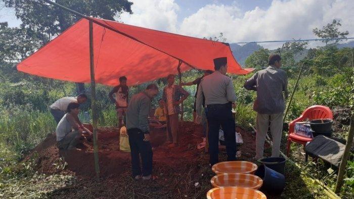 Proses pembongkaran kuburan Asfani yang diduga diterkam harimau, Senin (23/12/2019).