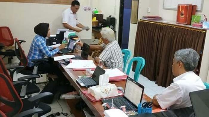Proses pemeriksaan ARP, oknum dokter RSUD Wahidin Sudiro Husodo Kota Mojokerto Jawa Timur, di Mapolres Kota Mojokerto, Selasa (01/10/2019)