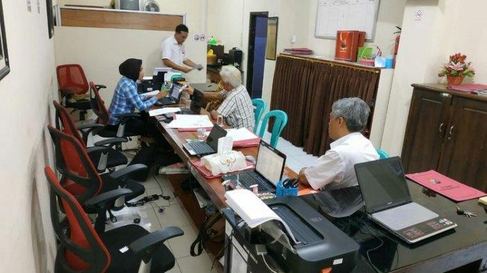 Proses pemeriksaan ARP, oknum dokter RSUD Wahidin Sudiro Husodo Kota Mojokerto Jawa Timur, di Mapolres Kota Mojokerto, Selasa (01/10/2019).