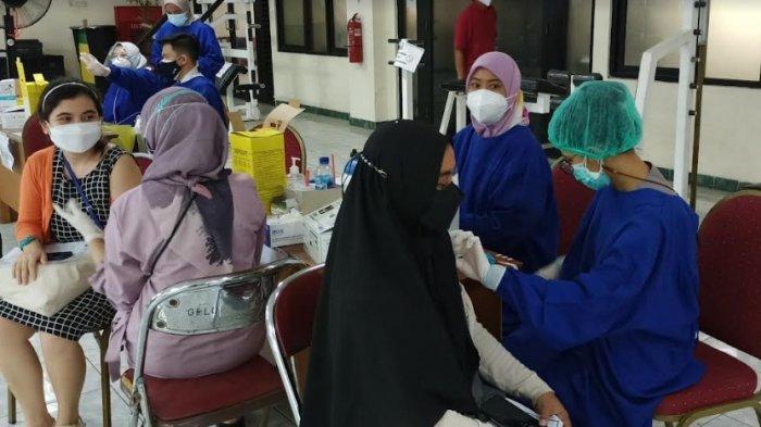 Warga Antusias Mendapatkan Vaksin Pfizer di Puskesmas Kelapa Gading Jakarta