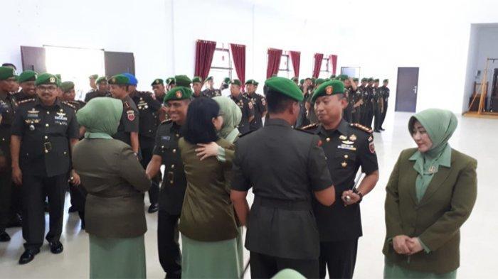 Proses pergantian Dandim Kendari, Kolonel Hendi Suhendi kepada Kolonel Inf Alamsyah di Makorem 143 HO.