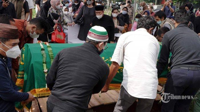 Keluarga dan kerabat menghantarkan jenazah mantan pebulu tangkis Indonesia, Markis Kido ke tempat peristirahatan terakhir di Taman Pemakaman Umum (TPU) Kebon Nanas, Jakarta Timur, Selasa (15/6/2021). Markis Kido meninggal dunia pada usia 36 tahun saat bermain bulu tangkis di GOR Petrolin, Tangerang, Banten, Senin (14/6/2021) malam. Pria kelahiran Jakarta, 11 Agustus 1984 itu dinyatakan meninggal dunia tidak lama setelah tiba di Rumah Sakit Omni Alam Sutera sekitar pukul 19.17 WIB akibat serangan jantung. Tribunnews/Herudin