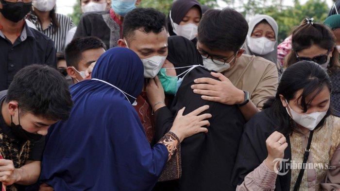 Kesedihan terlihat dari keluarga dan kerabat saat menghantarkan jenazah mantan pebulu tangkis Indonesia, Markis Kido ke tempat peristirahatan terakhir di Taman Pemakaman Umum (TPU) Kebon Nanas, Jakarta Timur, Selasa (15/6/2021). Markis Kido meninggal dunia pada usia 36 tahun saat bermain bulu tangkis di GOR Petrolin, Tangerang, Banten, Senin (14/6/2021) malam. Pria kelahiran Jakarta, 11 Agustus 1984 itu dinyatakan meninggal dunia tidak lama setelah tiba di Rumah Sakit Omni Alam Sutera sekitar pukul 19.17 WIB akibat serangan jantung. Tribunnews/Herudin
