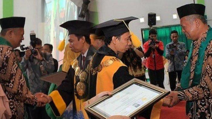 Anak Meninggal sebelum Wisuda, Ayah Syahrul Menangis Terima Ijazah, Rektor Turur Berderai Air Mata