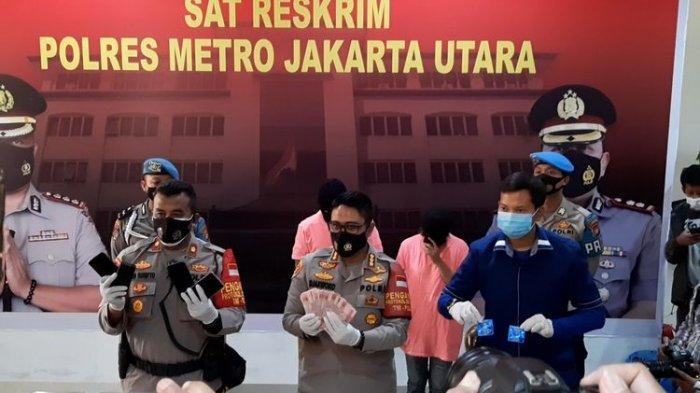 Polisi membeber barang bukti uang tunai hingga alat kontrasepsi dalam press release kasus prostitusi artis ST dan MA di Mapolres Metro Jakarta Utara, Jumat (27/11/2020).