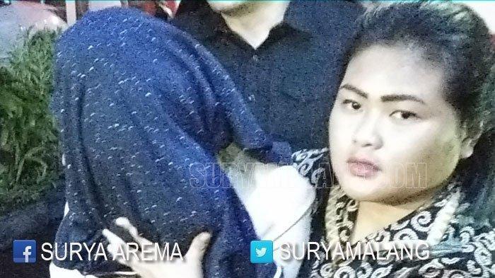 CEWEK POPULER - Subdit Jatanras Ditreskrimsus Polda Jatim menangkap perempuan (yang wajahnya ditutupi) dan dua pria terlibat pelacuran di sebuah hotel wilayah Kota Batu, Jumat (25/10/2019). Mereka dibawa ke gedung Ditreskrimsus Mapolda Jatim di Surabaya.