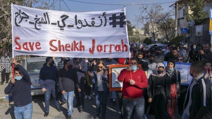 Warga Palestina menggelar aksi protes mengecam pendudukan komplek Shiekh Jarrah, Yerusalem Timur, yang direbut paksa dari penduduk Palestina. Israel hendak membangun permukiman baru Yahudi di daerah ini.