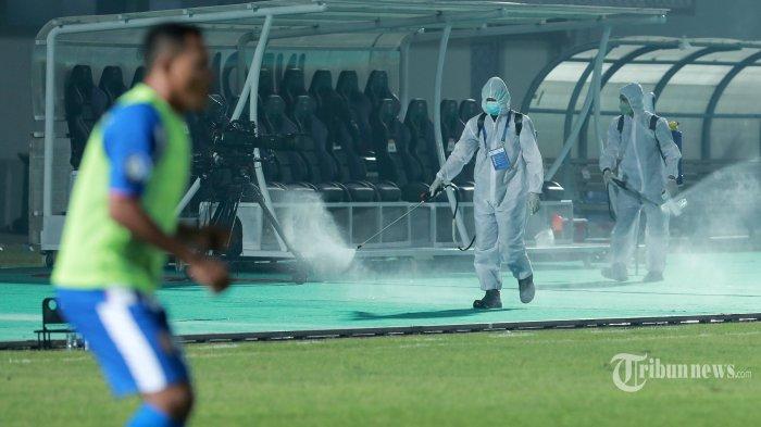 Petugas menyemprotkan cairan disinfektan di sela-sela laga lanjutan Liga 1 antara Bhayangkara FC melawan Persiraja Banda Aceh di Stadion Indomilk Sport Center, Tangerang, Banten, Minggu (29/8/2021). Ketua Umum PSSI, Mochamad Iriawan mengatakan, selain protokol kesehatan (prokes) yang ketat, seluruh pemain, ofisial serta panitia pelaksana yang terlibat di stadion telah menjalani vaksinasi. Tribunnews/Irwan Rismawan