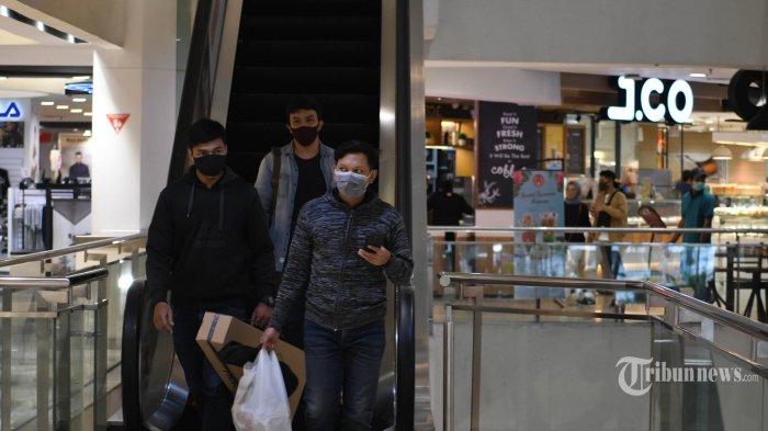 Pengunjung mengenakan masker saat berada di Tunjungan Plaza, Kota Surabaya, Jawa Timur, Senin (13/4/2020). Meningkatnya jumlah kasus virus corona atau Covid-19 di Surabaya mendorong berbagai pihak untuk terus meningkatkan kewaspadaan. Grup Pakuwon Mall menerapkan protokol ketat di antaranya pengecekan suhu tubuh dan wajib memakai masker bagi pengunjung serta penerapan physical distancing. Surya/Ahmad Zaimul Haq