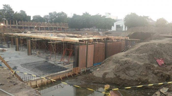 Pengerjaan basement dalam proyek revitalisasi Alun-alun Kejaksan, Jl Kartini, Kota Cirebon, Rabu (18/9/2019).