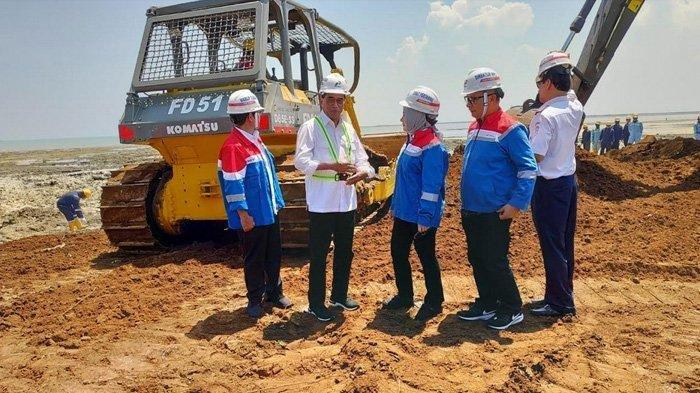 Aktivitas pembersihan lahan di calon lokasi kilang minyak grass root refinery (GRR), yang berlokasi di Desa Mentoso, Kecamatan Jenu, Sabtu (30/11/2019).