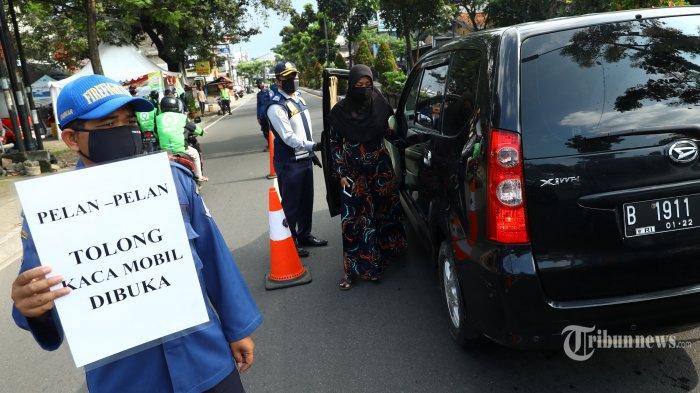 Petugas gabungan memeriksa kendaraan di pos Pembatasan Sosial Berskala Besar (PSBB) di Jalan Ir H Juanda, Tangerang Selatan, Banten, Minggu (3/5/2020). Pemberlakuan Pembatasan Sosial Berskala Besar (PSBB) di wilayah Kabupaten Tangerang, Kota Tangerang, dan Kota Tangerang Selatan (Tangsel) resmi diperpanjang. Penerapan PSBB Tangerang Raya diperpanjang mulai 4 Mei sampai 17 Mei 2020. Tribunnews/Irwan Rismawan
