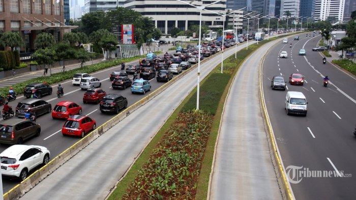 Sejumlah kendaraan melintasi Jalan Jenderal Sudirman, Jakarta Pusat, Senin (23/11/2020). Sistem ganjil genap di ibu kota masih ditiadakan menyusul diperpanjangnya masa Pembatasan Sosial Berskala Besar atau PSBB transisi. Perpanjangan masa PSBB transisi itu berlaku selama dua pekan ke depan yakni hingga 6 Desember 2020. Warta Kota/Angga Bhagya Nugraha