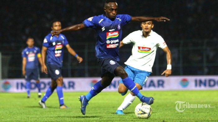 BEREBUT BOLA - Gelandang Arema FC, Ricky Kayame berebut bola dengan striker PSIS Semarang, Komarudin dalam lanjutan Liga 1 di Stadion Kanjuruhan Kepanjen, Kabupaten Malang, Sabtu (31/8/2019). SURYA/HAYU YUDHA PRABOWO
