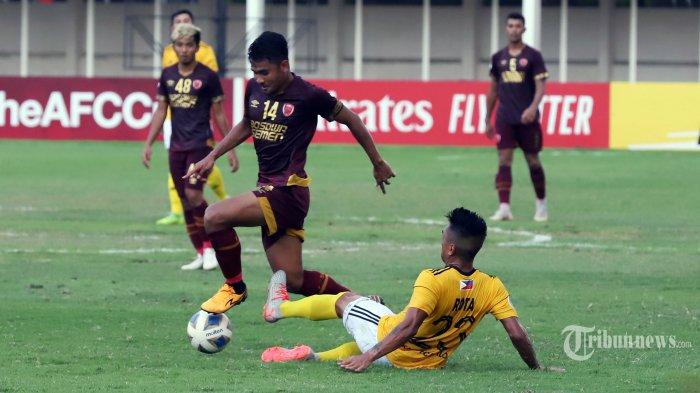 Pemain PSM Makassar (kiri) mencoba melewati adangan pemain Kaya FC dalam laga ketiga Grup H AFC Cup 2020 di Stadion Madya, Senayan, Jakarta Pusat, Selasa (10/3/2020). Pada pertandingan tersebut PSM Makassar ditahan imbang 1-1 oleh Kaya FC. Hasil ini membuat PSM Makassar baru mengoleksi 4 poin dari 3 laga. Tribunnews/Jeprima