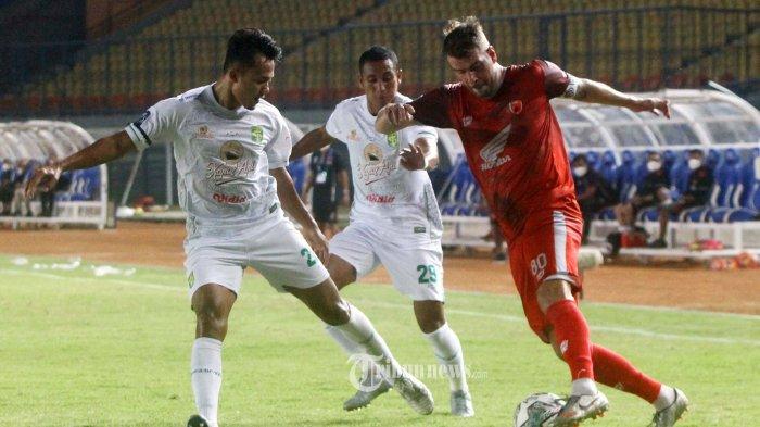 PSM Makassar menghadapi Persebaya Surabaya pada lanjutan BRI Liga 1 2021-2022 di Stadion Si Jalak Hatupat, Soreang, Kabupaten Bandung, Jawa Barat, Sabtu (18/9/2021). Dalam laga ini PSM Makassar taklukkan Persebaya Surabaya dengan skor 3-1. TRIBUN JABAR/GANI KURNIAWAN