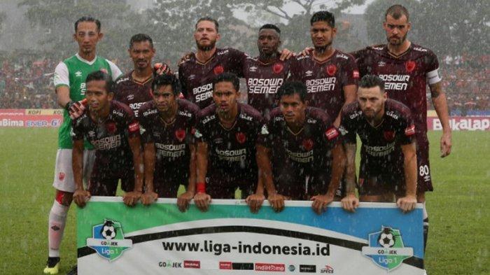 Skuat PSM Makassar berpose sebelum bertanding melawan Persija Jakarta dalam laga pekan ke-31 Liga 1 2018 di Stadion Andi Mattalatta, Makassar, Jumat (16/11/2018).