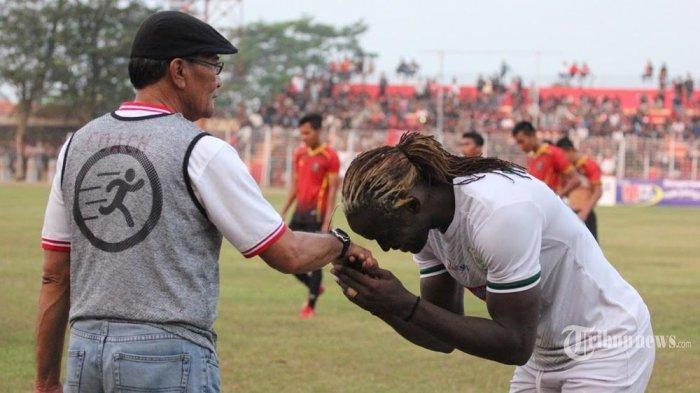Mohamadou Alhadji pemain belakang PSMS Medan memeluk dan mencium tangan Pelatih Persibat Batang Freddy Muly, usai laga lanjutan Liga 2 di Satdion Moch Sarengat, Kamis (27/6/2019). (Tribun Jateng/Iswidodo Puding)