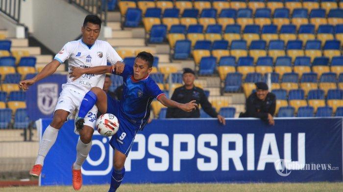 KALAH - Pemain PSPS Yudhi berusaha menahan bola dari pemain Aceh Babel United Agi pada lanjutan Liga 2 di Stadion Kaharuddin Nasution Rumbai, Pekanbaru, Kamis (18/7). PSPS untuk ketiga kalinya kalah saat bermain dikandang sendiri pada lanjutan Pekan ke-6 menghadapi Aceh Babel United dengan skor 0-2, Dua gol Babel United diciptakan pada babak kedua. Masing-masing Munir A menit ke-46 dan Pratama A menit ke-92+2. Tribun Pekanbaru/Doddy Vladimir