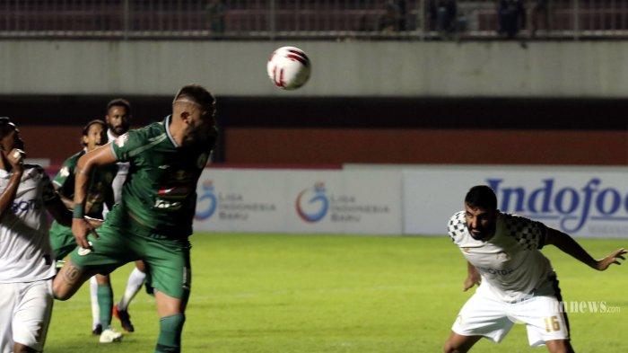 Pemain PSS Sleman, Yevhen Bokhashvili (kedua kiri) berusaha mengarahkan sundulan bola ke arah gawang PS Tira Persikabo dalam laga lanjutan Liga 1 2020 di Stadion Maguwoharjo, Sleman, DI Yogyakarta, Minggu (8/3/2020) malam. Pada pertandingan tersebut PSS Sleman ditahan imbang oleh tim tamu dengan skor 0-0. Tribun Jogja/Hasan Sakri Ghazali