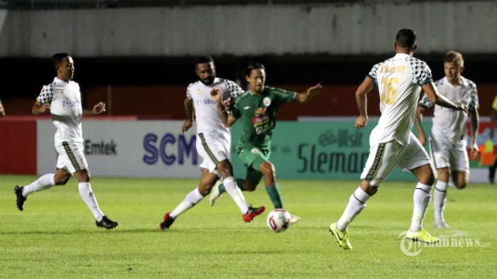 Pemain PSS Sleman, Irfan Bachdim (tengah) berusaha melewati adangan sejumlah pemain PS Tira Persikabo dalam laga lanjutan Liga 1 2020 di Stadion Maguwoharjo, Sleman, DI Yogyakarta, Minggu (8/3/2020) malam. Pada pertandingan tersebut PSS Sleman ditahan imbang oleh tim tamu dengan skor 0-0. Tribun Jogja/Hasan Sakri Ghazali