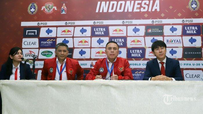 Ketua Umum PSSI, Mochamad Iriawan (kedua kanan) bersama Wakil Ketua PSSI, Iwan Budianto (kedua kiri), Sekretaris Jenderal PSSI, Ratu Tisha Destria (kiri), dan Pelatih Timnas Indonesia, Shin Tae-yong saat acara penandatanganan kontrak dan perkenalan pelatih baru Timnas Indonesia, di Stadion Pakansari, Cibinong, Kabupaten Bogor, Jawa Barat, Sabtu (28/12/2019). Dalam acara tersebut, Shin Tae-yong mendapat suvenir jersey Timnas Indonesia bernomor punggung 1 dengan nama punggung Shin Tae Yong. Tribunnews/Jeprima