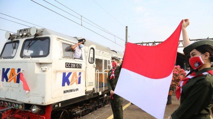 PT KAI Daop 1 Jakarta Bentangkan Bendera Merah Putih Seraya Melepas Keberangkatan Kereta Api