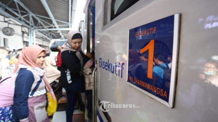 Penumpang Kereta Api Dharmawangsa Relasi Pasar Senen-Surabaya Pasar Turi naik ke gerbong seusai diresmikan oleh PT KAI di Stasiun Senen, Jakarta Pusat, Senin (2/12/2019).