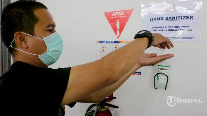 Sejumlah dokter dan petugas PT Kereta Api Indonesia (Persero) Daerah Operasi 4 Semarang membagikan masker kepada penumpang yang menaiki kereta dan pemeriksaan sebelum memasuki kereta di Stasiun Semarang Poncol, Kamis (5/3/20). Ditemukannya penderita virus corona atau Covid-19 di Indonesia, PT Kereta Api Indonesia (Persero) menjalankan Kereta Kesehatan atau Rail Clinic dan Kereta Inspeksi di lintas Utara dan Selatan Jawa, mulai 5 Maret hingga 9 Maret 2020. (Tribun Jateng/Hermawan Handaka)