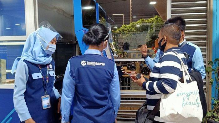 Masih Ada Penumpang Tak Paham Pakai Mesin Isi Ulang Kartu Uang Elektronik di Transjakarta