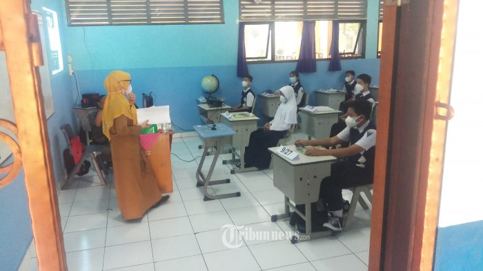 PTM PELAJAR SMP KOTA TANGERANG - Siswa SMP Negeri 1 Kota Tangerang sedang mengikuti pembelajaran tatap muka (PTM) terbatas, Senin (13/9/2021). Proses pembelajaran berlangsung lancar dan diawali dengan pemberian motivasi belajar dilanjutkan dengan materi pelajaran yang disertai dengan prokes yang ketat. PTM di Kota Tangetang, diikuti 40 sekolah SMP negeri maupun swasta dari total 200 SMP yang ada. WARTA KOTA/NUR ICHSAN