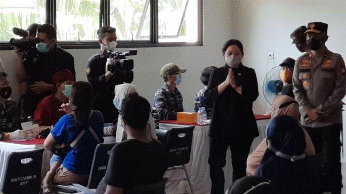 Ketua DPR RI Puan Maharani memberikan sambutan saat meninjau vaksinasi Covid-19 di SMK Negeri 72 Jakarta Barat, Minggu (26/9/2021).