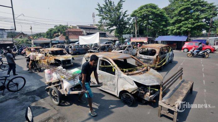Puing-puing mobil yang dibakar sisa kerusuhan 22 Mei 2019, hingga Selasa (25/6/2019) masih teronggok di depan Asrama Brimob Jalan KS Tubun III, Petamburan, Jakarta Barat. Dalam program Kompas TV Aiman diungkapkan temuan baru adanya dugaan korban tewas kerusuhan dieksekusi di suatu tempat lalu didrop kie lokasi rusuh di Petamburan. (Warta Kota/Alex Suban)