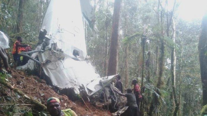 Puing pesawat yang berada di lokasi kejadian.