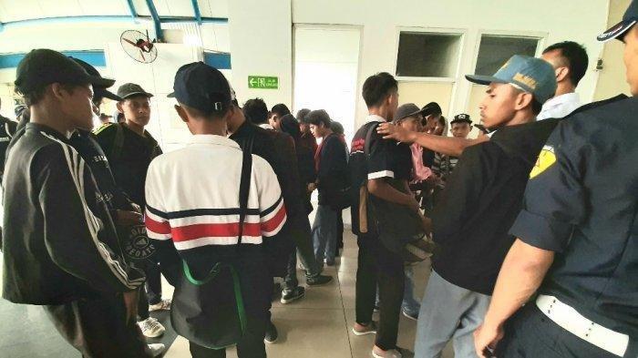 Massa pelajar dari Rangkasbitung ingin kembali ke tempat asalnya dan menggunakan kereta commuterline, di Stasiun Palmerah, Jakarta Barat, pada sekira pukul 11.35 WIB, Senin (30/9/2019)