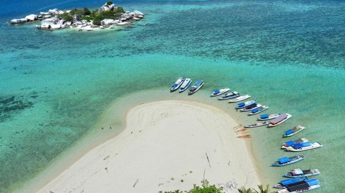 Pemandangan dari mercu suar di Pulau Lengkuas. (Manggalani Ukirsari/NGI