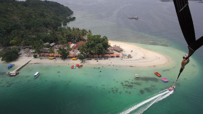 Nikmati Keindahan Pulau Tangkil dari Parasailing, Pertama di Lampung