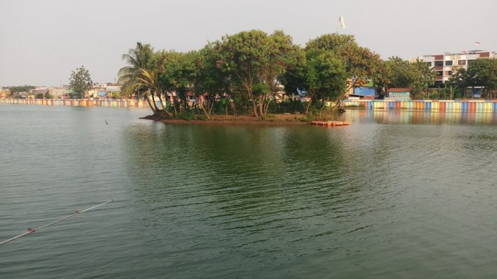 Pulau kecil di tengah danau Sunter.