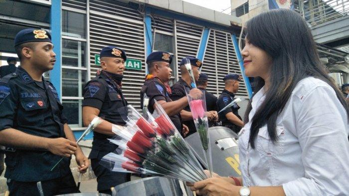 Senyum Anggota Brimob Terima Bunga Mawar, Lambang Penyemangat Dalam Tugas