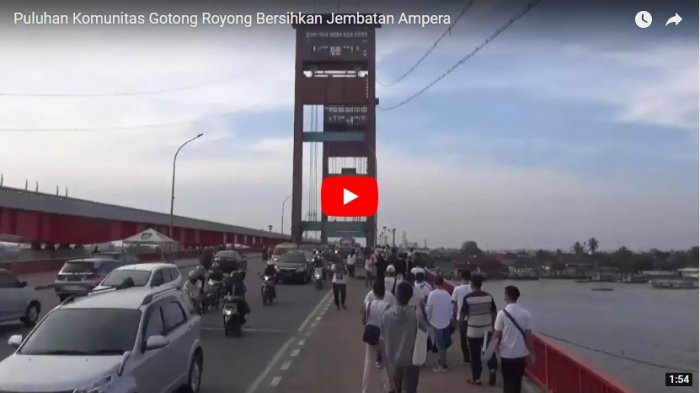Puluhan Komunitas Gotong Royong Bersihkan Jembatan Ampera