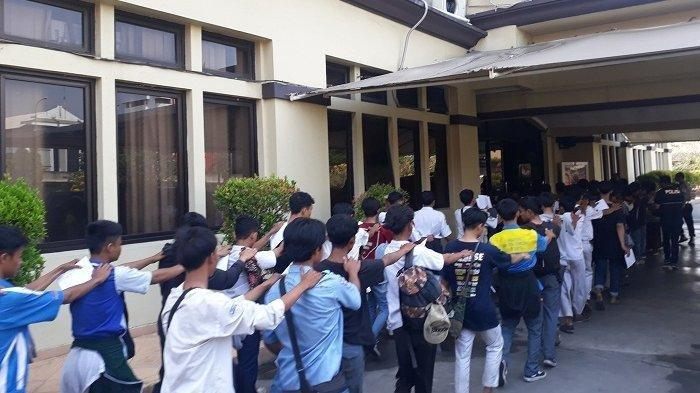 Polisi Tangkap Preman Bertato Pakai Seragam SMA yang Hendak Demo di DPR Siang Ini, 1 Oktober 2019