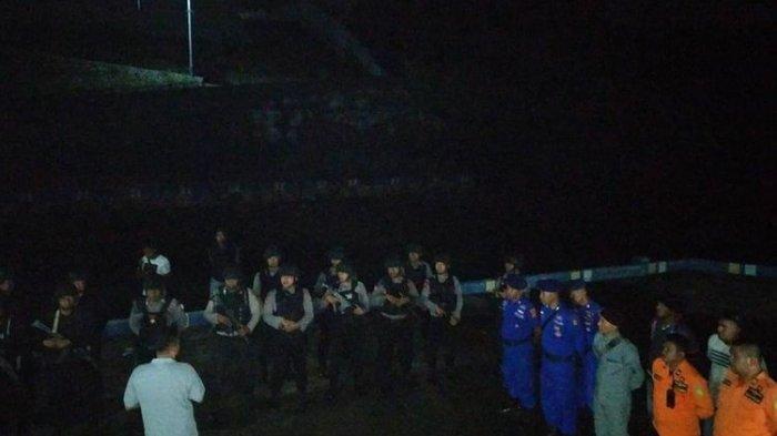 Puluhan personel gabungan dari Brimob, Polres, Bakamla, Polairud dan personel SAR Tual dikerahkan untuk membantu pembebasan 23 ABK KM Mina Sejati yang disandera di perairan Kepulauan Aru, Senin dinihari (19/8/2019).