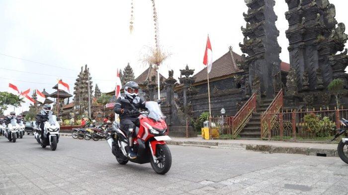 Peserta touring World Premiere Riding Experience Honda ADV150 melintasi Pura Batur, tak jauh dari Danau Kintamani, Jumat (9/8/2019)