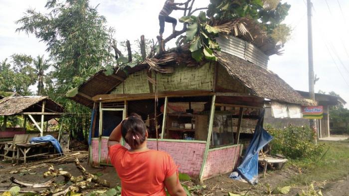 Rumahnya Roboh Diterjang Puting Beliung, Misno dan Anak-anaknya Terpaksa Mengungsi