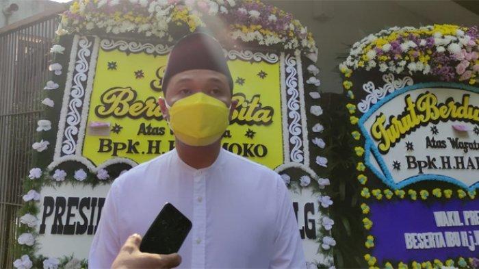 Putra Bungsu dari almarhum Harmoko, Dimas Ajisoko Harmoko saat ditemui awak media di Rumah Duka di Jalan Taman Patra XII Nomor 14, Kuningan, Jakarta Selatan, Senin (5/7/2021).