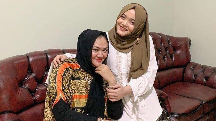 Putri Delina bersama almarhumah ibunya, Lina Jubaedah (Instagram.com/putridelinaa)