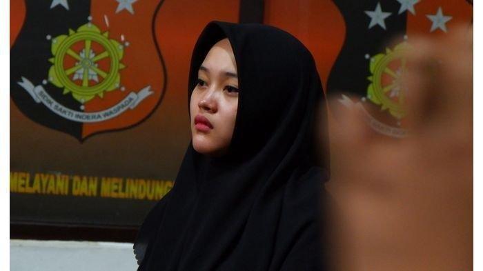 Putri Delina, anak perempuan komedian Sule, di Gedung Satreskrim Polrestabes Bandung, Kamis (9/1/2020).