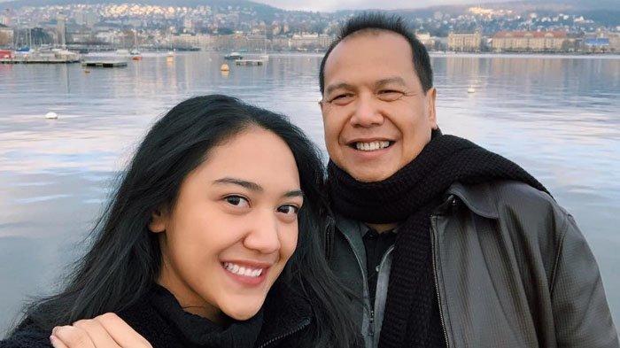 Putri Tanjung bersama sang ayah, Chairul Tanjung