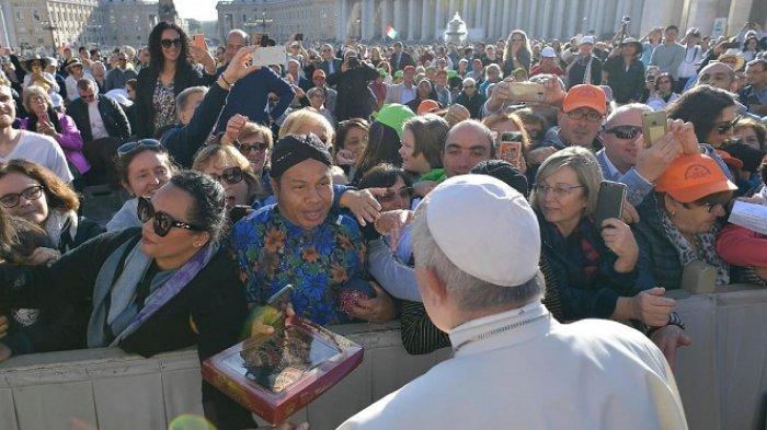 Paus Fransiskus menerima batik Indonesia dari Gora Kunjana (surjan biru) di Lapangan Santo Petrus, Vatikan, Rabu (16/10/2019)